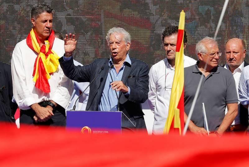 Mario Vargas Llosa se dirige a la multitud tras la marcha en defensa de la unidad de España que ha recorrido Barcelona