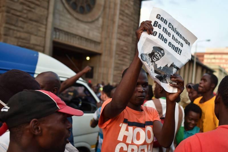 """Banderas de Zimbabue y gritos de """"descanse en paz, descanse en paz"""" acompañaban bailes y cánticos"""