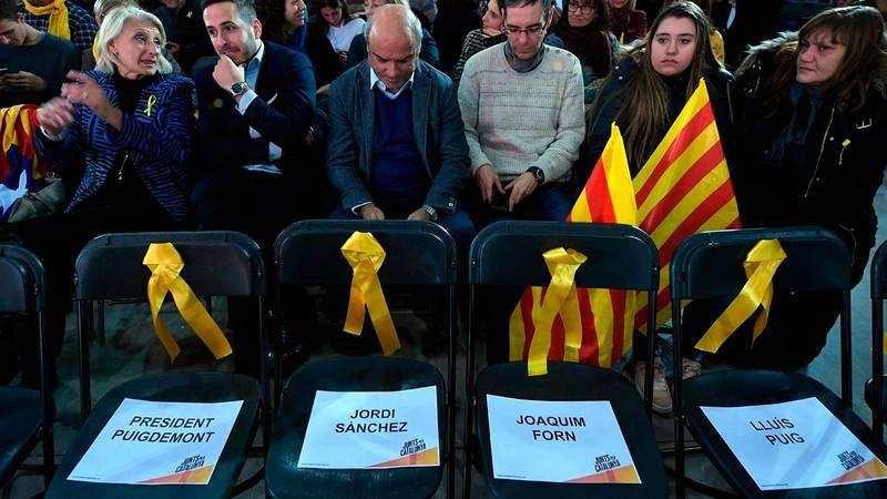 Sillas vacías en el acto de Junts per Catalunya recordando a los exiliados y encarcelados.