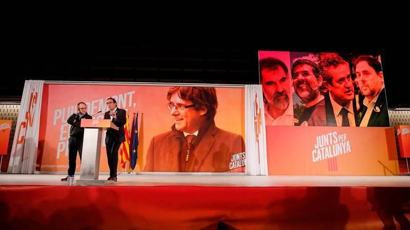 Los exconsellers excarcelados Jordi Turull y Josep Rull protagonizan un acto de campaña con un Puigdemont virtual de fondo.