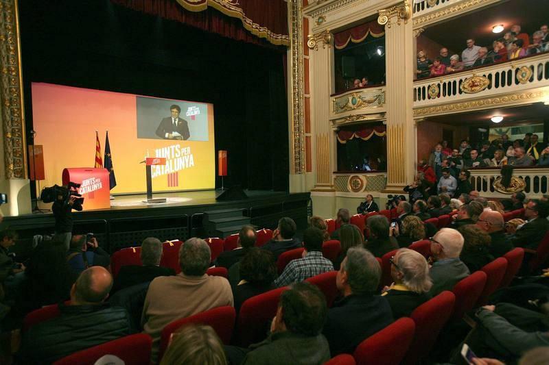 Videoconferencia del expresidente catalán Carles Puigdemont durante el mitin de Junts per Catalunya (JxCat) en Reus.