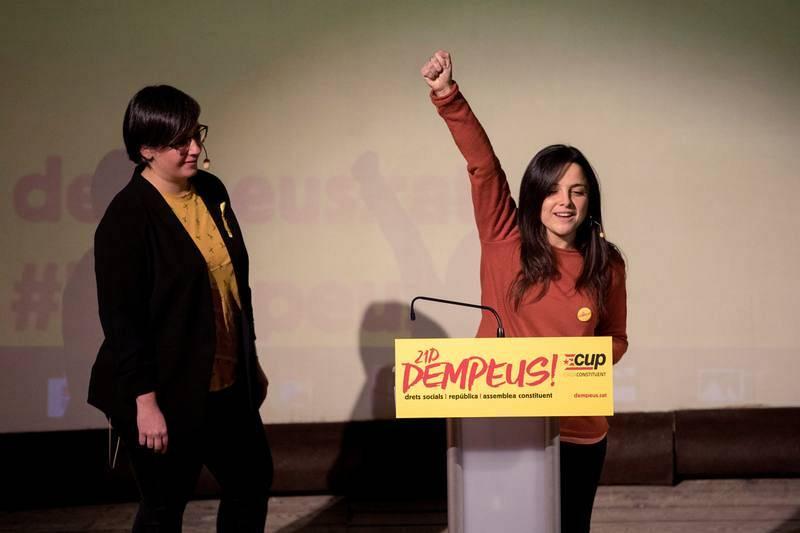 Las candidatas de la CUP, Maria Sirvent y Mireia Boya, durante el acto electoral que la CUP celebrado en el Teatre Principal de Lleida.