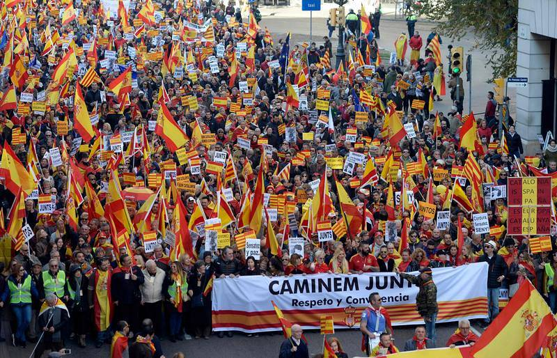 Miles de personas se manifiestan en Barcelona por la unidad de España y la Constitución.