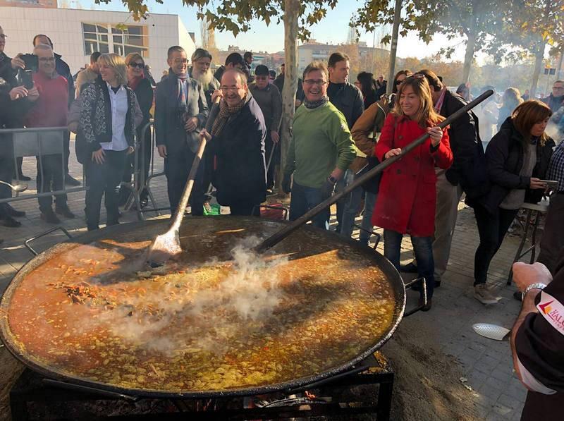 Miquel Iceta (PSC) participa en una paella popular en el municipio de Canovelles, en el Vallès Oriental, en Barcelona.