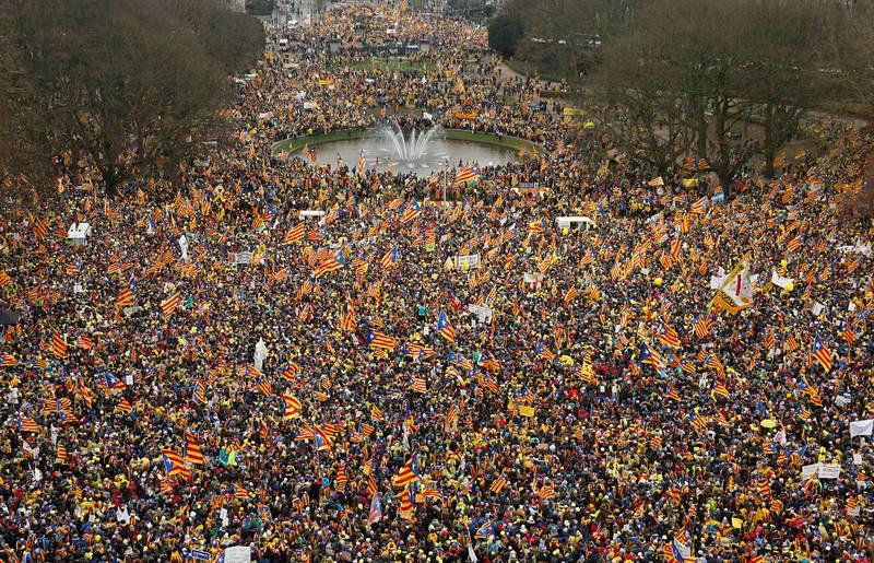 Unos 45.000 manifestantes proindependencia, según la policía belga, se han congregado en el centro de Bruselas para apoyar al presidente catalán cesado, Carles Puigdemont.