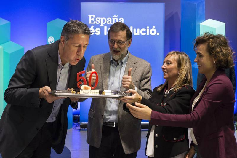 El candidato del PPC a la Generalitat de Cataluña, Xavier García Albiol, cumplió 50 años en plena campaña electoral, y el presidente del Gobierno y el PP, Mariano Rajoy, le felicitó en una comida-mitin en Lleida con una tarta