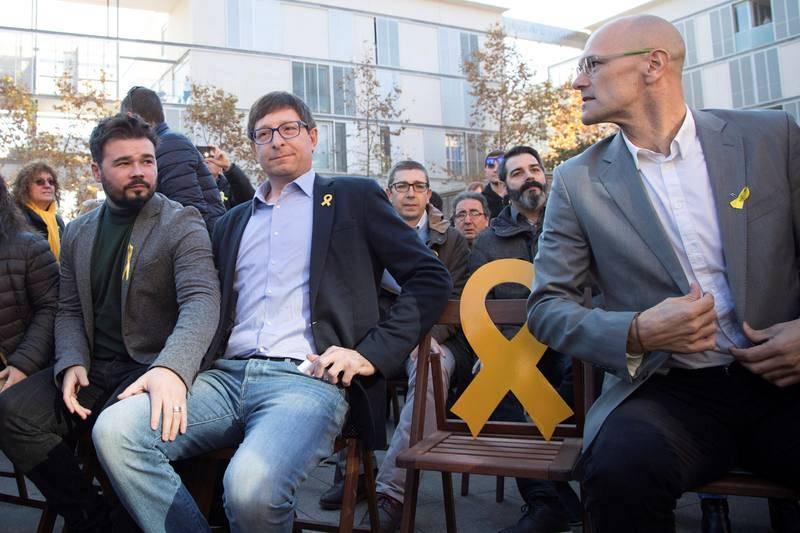 Los exconsellers Raül Romeva y Carles Mundó, número tres y número cinco por las listas de Barcelona, junto al portavoz adjunto del partido en el Congreso, Gabriel Rufián, durante el acto de campaña en Vilanova i la Geltrú.