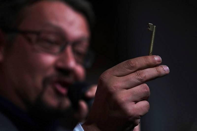 Xavier Domènech, muestra una llave, 'leitmotiv' de su campaña electoral, en acto electoral de Catalunya en Comú-Podem en Terrassa (Barcelona).
