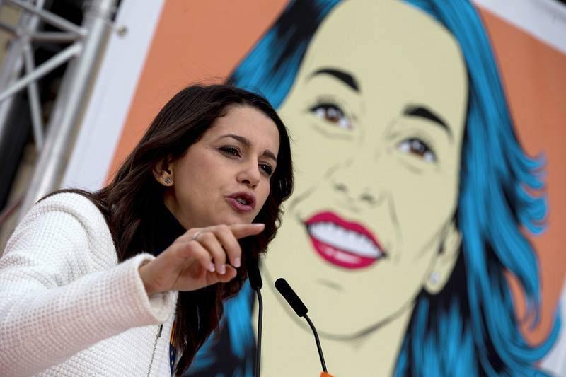 Inés Arrimadas interviene en un acto de campaña de Ciudadanos en Tarragona ante un gran cartel con su imagen en formato de ilustración de cómic.