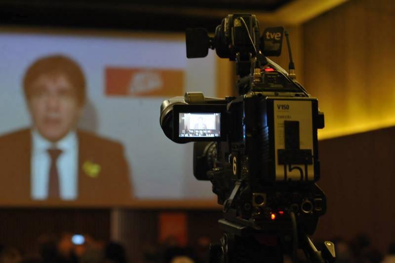 Carles Puigdemont interviene por medio de un vídeo grabado en Bélgica en un acto de campaña de JxCat sobre políticas de salud