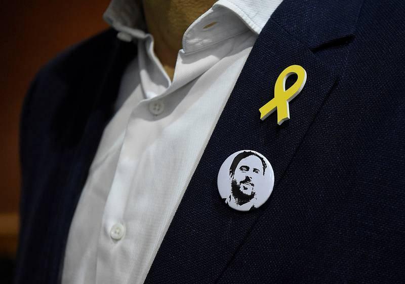 Detalle de una chapa con la imagen del candidato a las elecciones regionales en Cataluña del 21-D y expresidente de la Generalitat Oriol Junqueras, en un acto de campaña de ERC en Lleida.