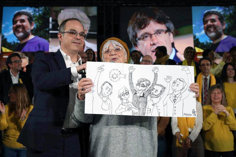 El exconseller Josep Rull junto a la caricaturista y miembro de la candidatura Pilarín Vallés durante el acto central de campaña de Junts per Catalunya, el viernes 15 de diciembre.