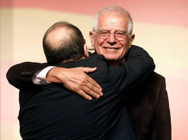 El candidato del PSC a la presidencia de la Generalitat, Miquel Iceta, acompañado del expresidente del Parlamento Europeo Josep Borrell, en un mitin en L'Hospitalet de Llobregat (Barcelona)