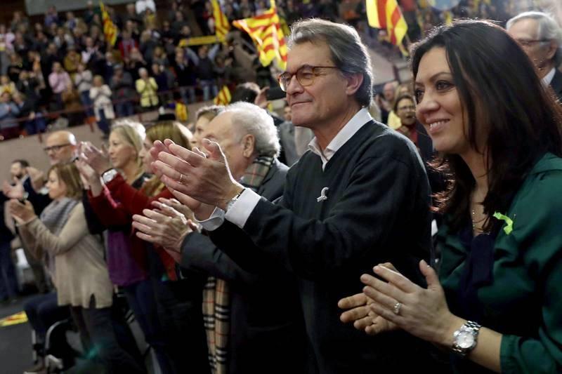 El expresidente Artur Mas y Marcela Topor, esposa del expresidente de la Generalitat, Carles Puigdemont, en el acto central de campaña de Junts per Catalunya, el viernes 15 de diciembre.