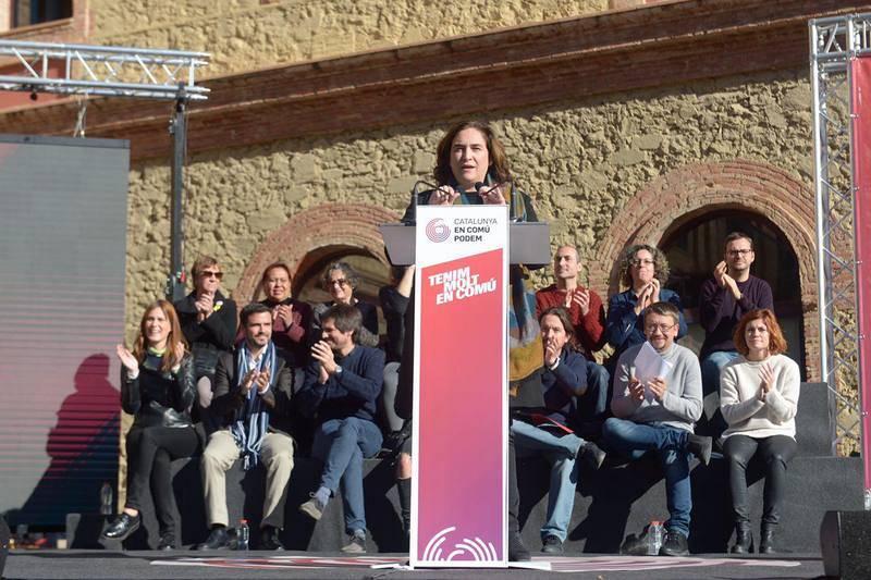 La alcaldesa de Barcelona, Ada Colau, interviene en el mitin central de la campaña de Catalunya En Comú-Podem, en la plaza Mayor de Nou Barris, en Barcelona.