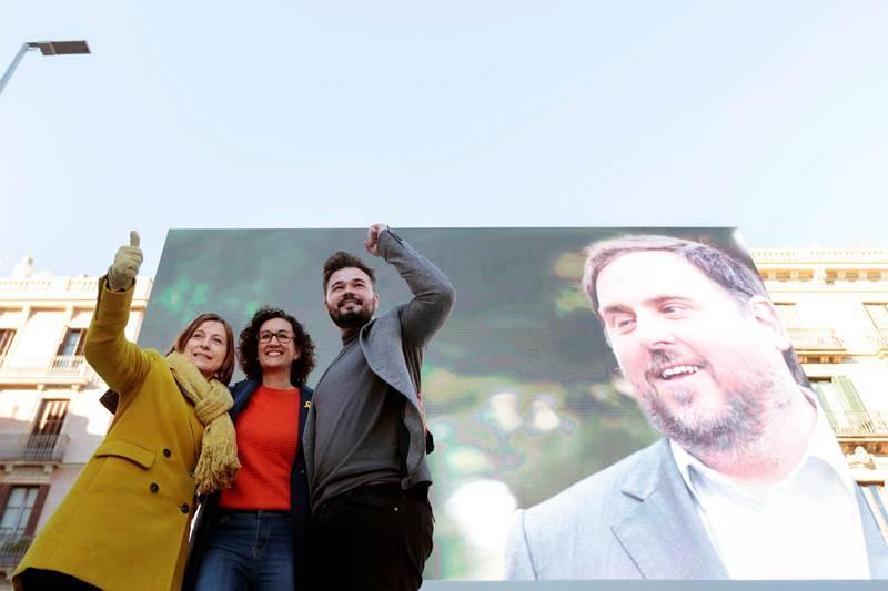 La número dos de ERC, Marta Rovira, se abraza a la presidenta del Parlament y también candidata Carme Forcadell, y al diputado Gabriel Rufián, durante el acto central de campaña de Esquerra celebrado en Barcelona