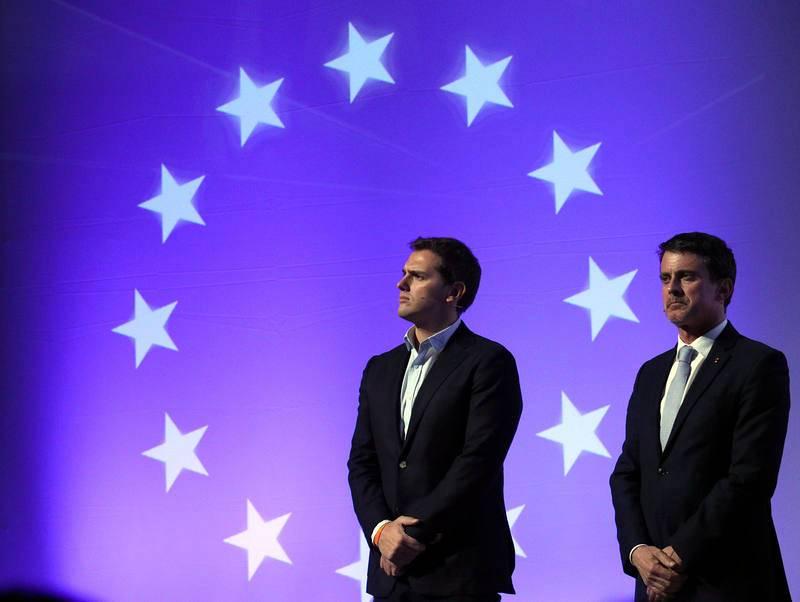 El presidente de Ciudadanos, Albert Rivera, posa junto al ex primer ministro francés Manuel Valls, en un coloquio organizado por el partido naranja en el Teatro Goya de Barcelona.