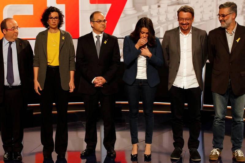 La candidata de Ciudadanos, Inés Arrimadas, estornuda en la 'foto de familia' de los candidatos antes del último debate televisado entre los candidatos al 21-D, organizado por TV3.