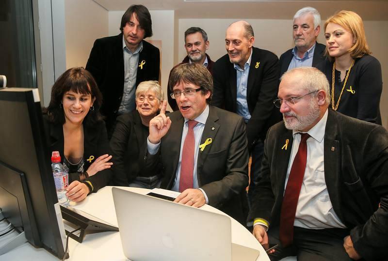 Puigdemont sigue los resultados de las elecciones catalanas en el centro de Convenciones de Bruselas