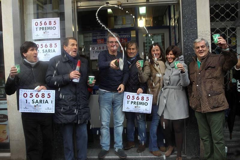 Los dueños y trabajadores de la Administración de Lotería de Bilbao que ha dado el primer premio del Niño
