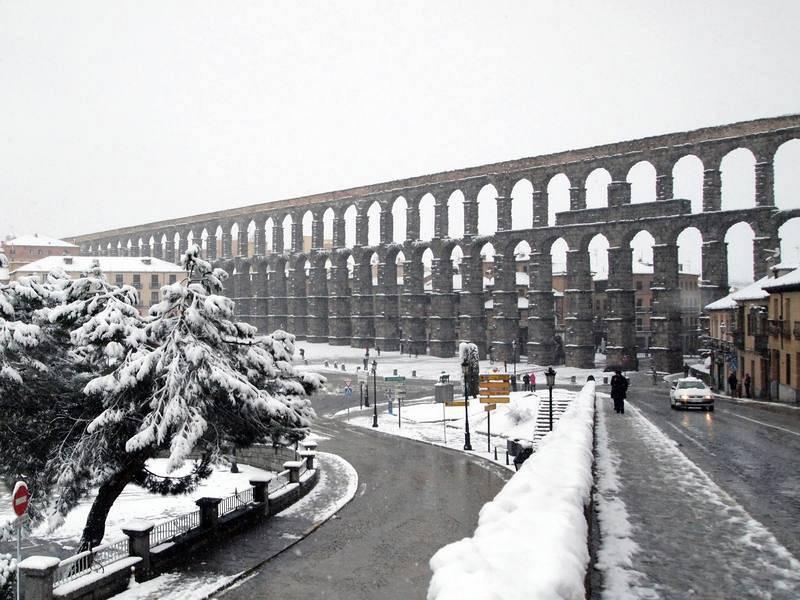 Vista del acueducto de Segovia durante la intensa nevada registrada en la ciudad