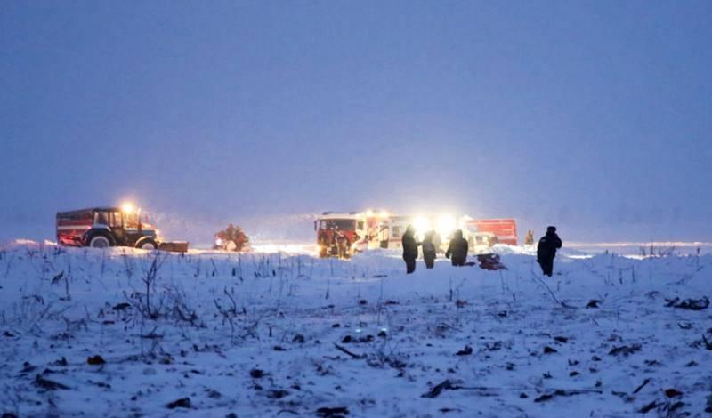Los equipos de rescate trabajan cerca de la localidad de Arguntsevo, donde se ha estrellado el AN-148 de Saratov Airlines