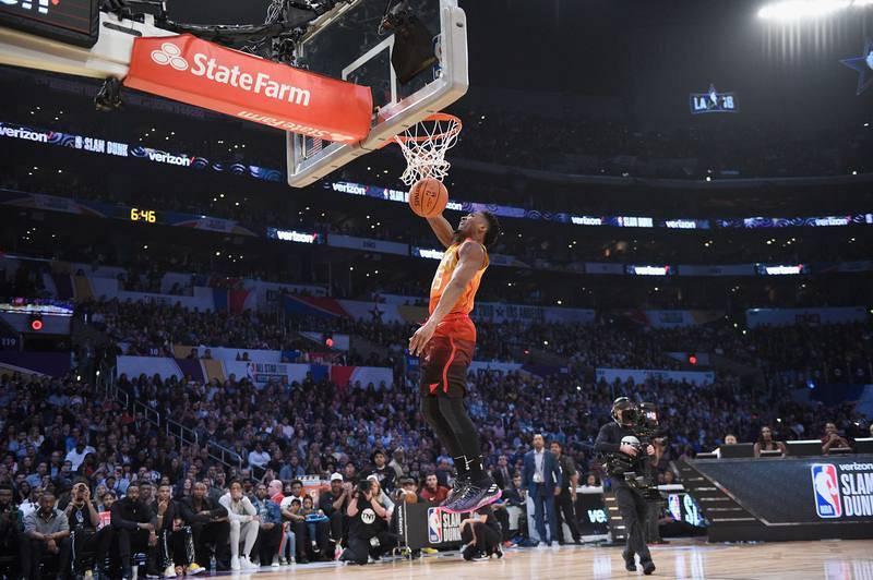 El jugador de Utah Jazz Donovan Mitchell completa uno de sus mates