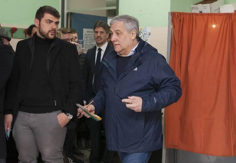 El presidente del Parlamento Europeo Antonio Tajani se prepara para votar en un colegio electoral de Fiuggi