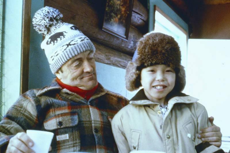 Félix Rodríguez de la Fuente junto a un niño inuit en el rodaje de las carreras de trineos de Iditarod (Alaska).