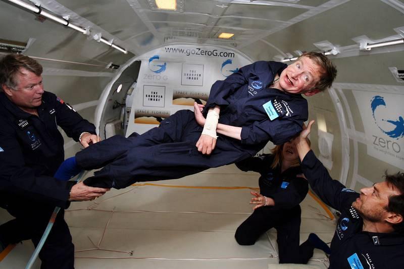 En esta foto tomada en 2007, el científico experimenta la gravedad cero en la nave Atlantic Ocean