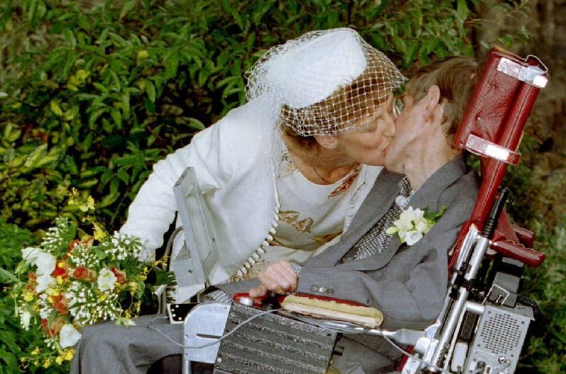 El científico junto a su segunda esposa, Elaine, en su boda civil en 1995.