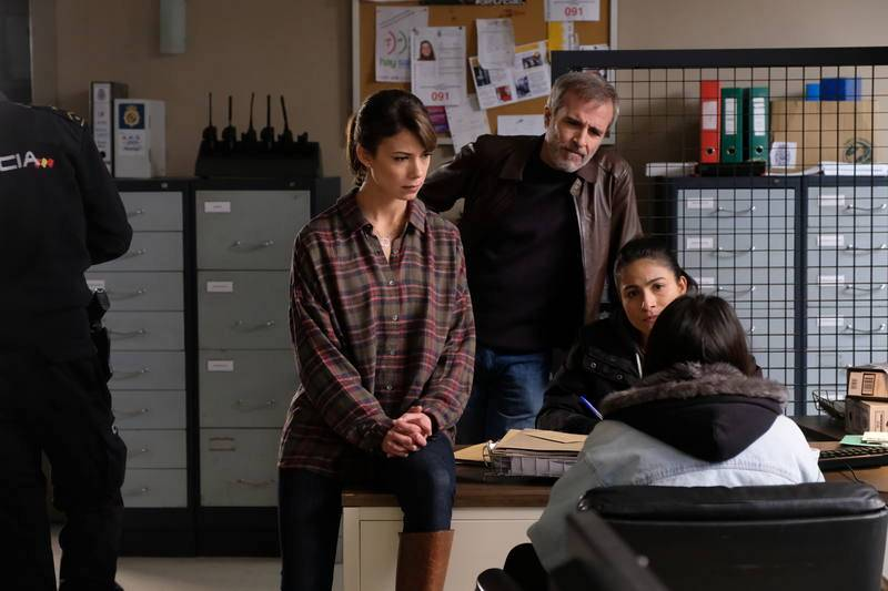 Alicia y Elías hablan con una joven en la comisaría.