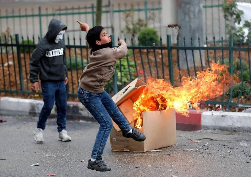 Un palestino lanza un cóctel molotov contra soldados israelíes durante los enfrentamientos en Hebron, Palestina