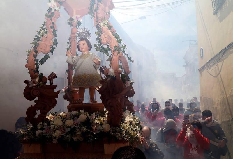 El municipio de Cúllar Vega, en el área metropolitana de Granada, tira más de 100.000 petardos para acompañar al paso del Niño Resucitado