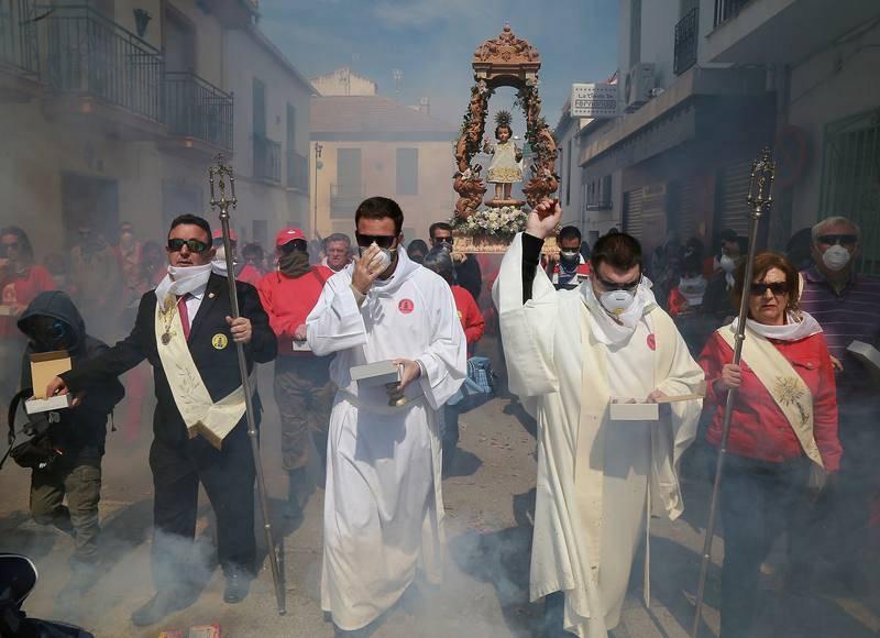 El municipio de Cúllar Vega tira más de 100.000 petardos para acompañar al paso del Niño Resucitado