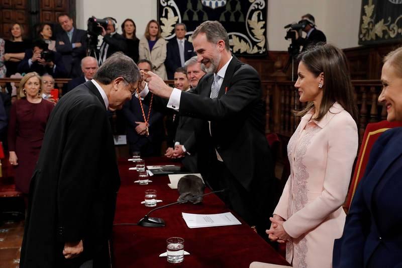 Felipe VI impone la medalla del Premio Cervantes a Sergio Ramírez