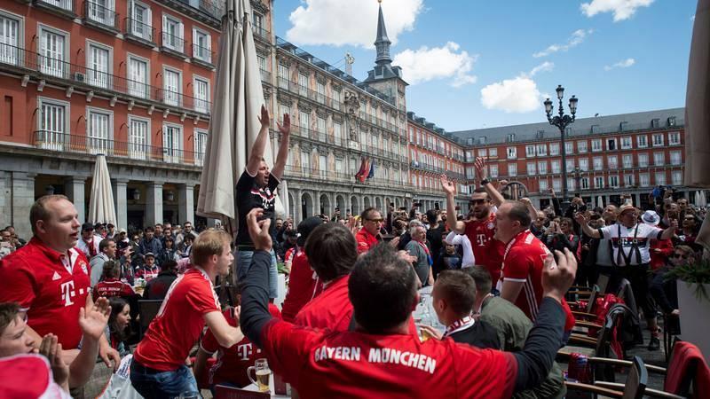 Hinchas del Bayern de Múnich disfrutan en la madrileña Plaza Mayor.