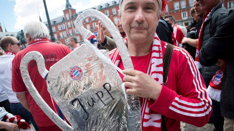 Una aficionado del conjunto alemán muestra una réplica de la Copa de Europa en las calles de Madrid.