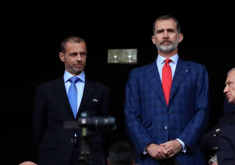 El Rey Felipe VI en el palco junto al presidente de la UEFA Aleksander Ceferin.
