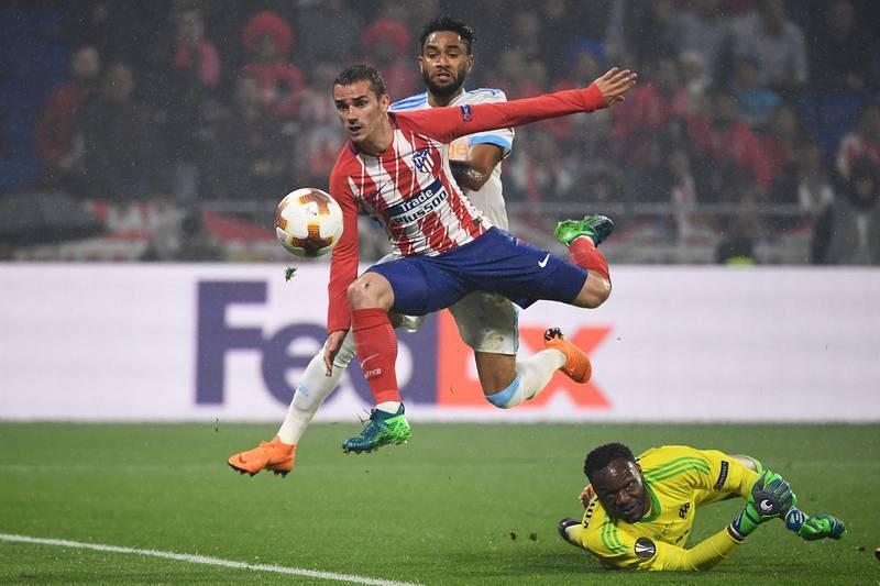 Griezmann le pica la pelota a Mandanda para materializar el segundo gol del Atlético.