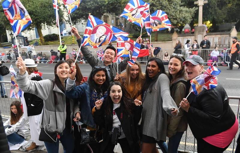 La gente que ha acudido a Windsor, entusiasmada con la boda real