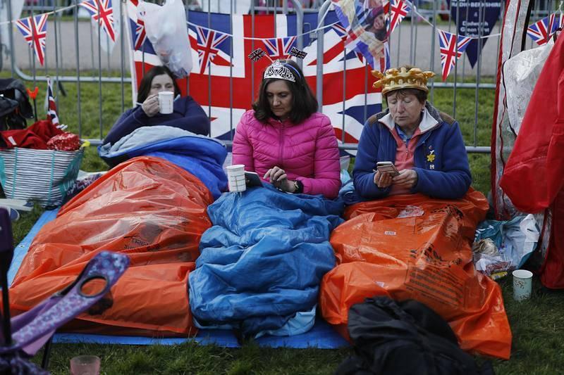Tres mujeres esperan la llegada del príncipe Enrique y Meghan Markle