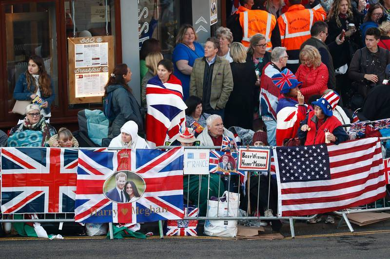 Muchas banderas de Reino Unido y Estados Unidos en las calles de Windsor