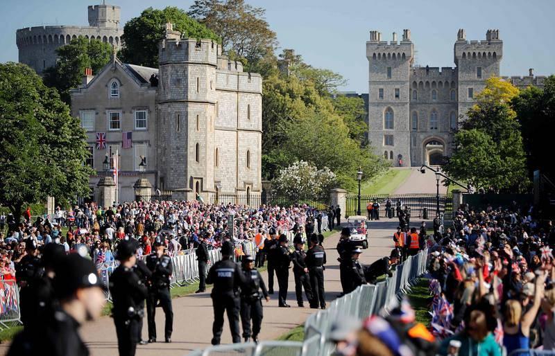 Miles de personas en la entrada del castillo de Windsor