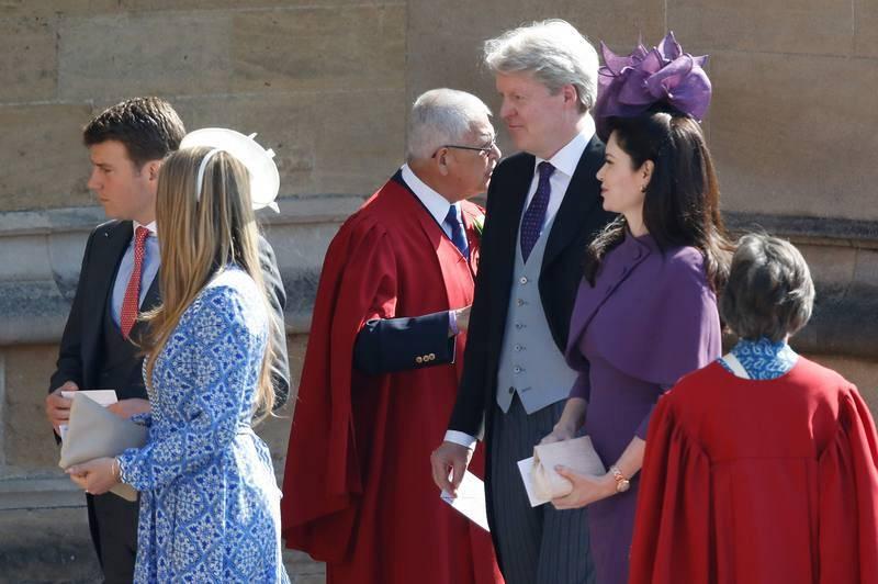 El tío de Enrique, Charles Spencer, hermano de Diana de Gales, llega con su esposa, Karen Spencer