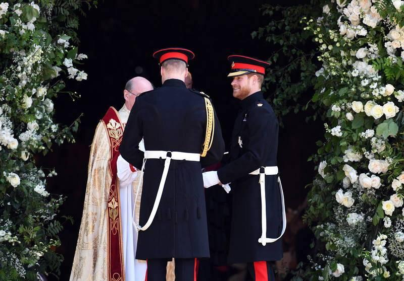 El príncipe Enrique junto a su hermano Guillermo, duque de Cambridge, a su llegada a la Capilla de San Jorge en el Castillo de Windsor