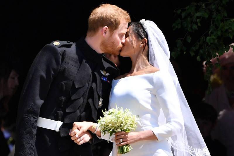 El príncipe Enrique besa a Meghan Markle a la salida de la Capilla de San Jorge