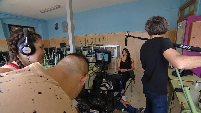 Los chicos y chicas de Santiago Uno rodando una secuencia