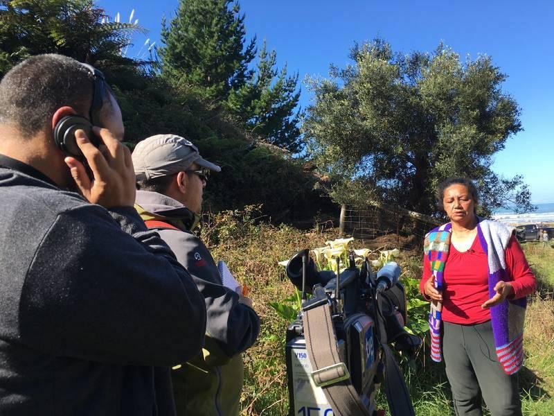 El equipo del documental, en pleno rodaje, durante una entrevista a Edda McCabe junto al olivo de Port Awanui.