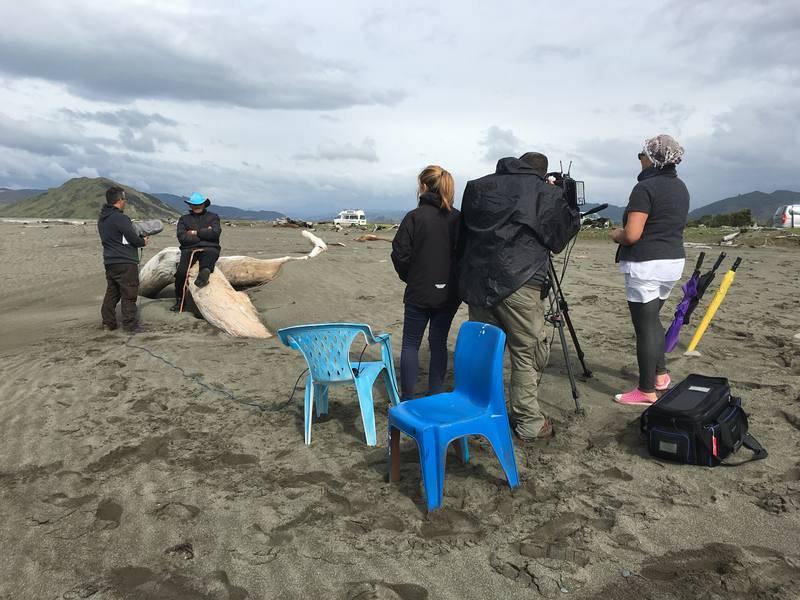 Imagen de la entrevista realizada a John Manuel, conocido como 'Big John', en la playa de Rangitukia en presencia de su hija Andrea.